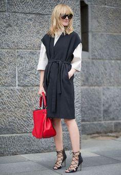 look-escritorio-bolsa-vermelha-sandalia-preta-amarracao-vestido-midi-camisa-branca