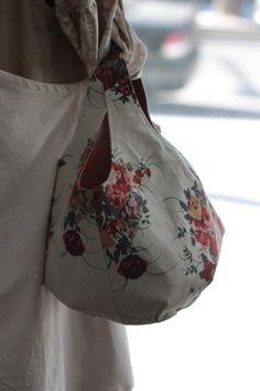 로즈부케 린넨 라운드가방 : 네이버 블로그 Purse Organizer Pattern, Japanese Bag, Diy Handbag, Purse Organization, Patchwork Bags, Handmade Bags, Purses And Bags, Textiles, Couture