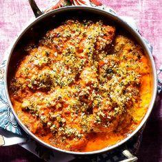 Bred ajvarkräm över kycklingen och toppa med det asiatiska ströbrödet panko och persilja. Gratinera i ugnen i ungefär 25 minuter. Billig rätt som ändå känns lyxig och är full av smak - en perfekt bjudrätt till fredagens middag.