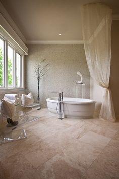 Simple design idea for a beige bathroom with a travertine floor Travertine Bathroom, Travertine Floors, Natural Stone Flooring, Beige Bathroom, Bathroom Flooring, Master Bathroom, Jacuzzi Bathroom, Bathtub, Tile Flooring