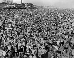 Weegee. Gentío de la tarde en Coney Island, Brooklyn, 1940. Gelatina de plata. Imagen 31,8 x 41,6 cm. International Center of Photography, Legado de Wilma Wilcox, 1993.
