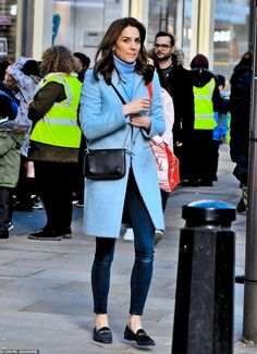 Kate Middleton seen in Kensington for the first time since returning from the royal tour to Ireland The Duchess of Cambridge, was pictured carrying a huge bag of books as she stepped out of the Waterstones store near her Kensington Palace Home on Friday. Estilo Kate Middleton, Kate Middleton Outfits, Kate Middleton Coat, Kate Middleton Latest, London Outfit, Blue Coats, Princess Kate, Royal Fashion, Duchess Of Cambridge