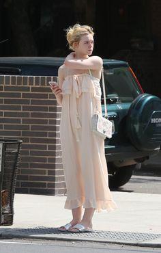 Elle Fanning Enjoys Ice Cream In New York. Aug 27, 2017.- ニューヨークの夏服を着たエルたんとソフト・クリーム - 映画 エンタメ セレブ & テレビ の 情報 ニュース from CIA Movie News / CIA こちら映画中央情報局です