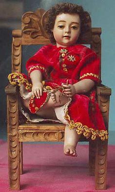 NIÑO de la ESPINA en silla de madera tallada, Alto Perú. La tipología es anuncio barroco de la Pasión.