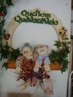guirlanda em madeira,com personagens em biscuit R$ 81,60