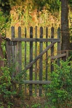 This is Inspiring Rustic Garden Gates Design 51 image you can read and see another amazing image ideas on Inspiring Rustic Garden Gates Design Ideas gallery and article o. Garden Gates And Fencing, Fence Gate, Garden Paths, Farm Gate, Rustic Fence, Rustic Backyard, Tor Design, Gate Design, Wooden Gates