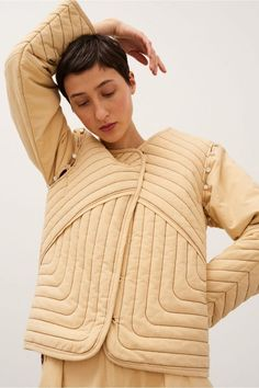 Gorgeous example of a quilted jacket Quilted Clothes, Mode Inspiration, Quilted Jacket, Fashion Design, Fashion Trends, Style Fashion, Fashion Tips, Winter Fashion, Women Wear