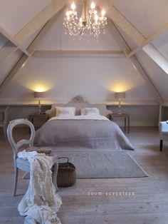 De luster en de balken. Ook voor het bed, de mat is ook heel mooi. De laminaat is echt prachtig.