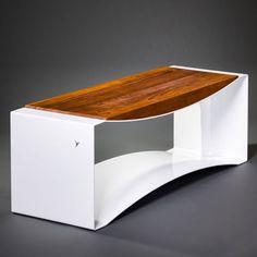 """Pour l'éditeur Delivié, le designer polonais Pawel Grobelny a imaginé le banc en aluminium et teck """"Arc""""."""