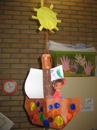 * Boot vouwen van een a4 papier. Je kunt ook een fotohoofd van het kind uitknippen en er een piratenlijf (tekening) laten kleuren en eronder laten plakken.