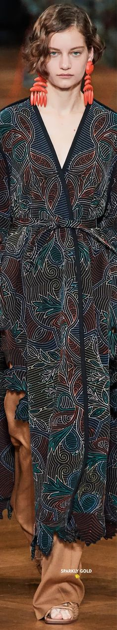 Stella McCartney Spring 2020 RTW | Sparkly Gold ● Stella Maccartney, English Fashion, Ralph And Russo, Sonia Rykiel, Kimono Top, Vogue, Spring Summer, Fashion Trends, Fashion Design