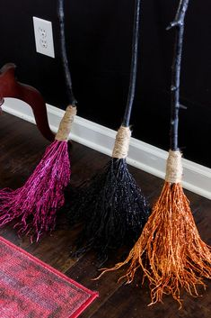 DIY Witch Broom: How to Make a Witches Broom for Halloween sparkly DIY witch broom.<br> All you need to make this DIY witch broom is a stick from your yard and stuff from the Dollar Tree! It's simple to make and so pretty when it's finished! Casa Halloween, Halloween Home Decor, Holidays Halloween, Halloween Crafts, Outdoor Halloween, Diy Halloween Fence, Vintage Halloween, Diy Halloween Wreaths, Diy Halloween Decorations For Outside