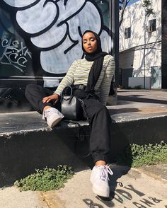 Muslim Women Fashion, Modern Hijab Fashion, Street Hijab Fashion, Hijab Fashion Inspiration, Modest Fashion, Outfit Jeans, Casual Hijab Outfit, Mode Ootd, Mode Hijab
