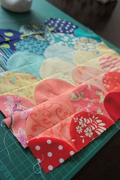 An interesting way to make a clamshell quilt using quarter circle blocks or drunkard path blocks.