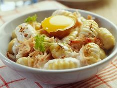 Discover our easy and fast recipe of Gnocchi way carbonara on Current Cuisine! Find the preparation steps, tips and advice for a successful dish. Italian Vegetables, French Dishes, Gnocchi Recipes, How To Cook Pasta, Vegetable Recipes, Food Inspiration, Italian Recipes, Meal Prep, Ravioli