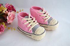 Sapatinho em forma de tênis imitando modelo All Star, confeccionado em linha. <br>Uma ótima opção para presentear o bebê de uma amiga, ou seu próprio bebezinho. <br>Tamanhos disponíveis para encomendas: <br>0 - 3 meses (9 cm) <br>3 - 6 meses (10 cm) <br>6 - 9 meses (11,5 cm)