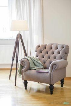 Damit bleibt Deine Leseecke spannend wie ein Krimi: Die klassische Stehlampe mit Leinenschirm hat einen Fuß wie eine Regieleuchte. Und der elegante Sessel mit kapitonierter Polsterung erinnert an altenglische Salons.