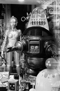 "A fabulous bit of nostalgia, etc. :: ""False Brigitta"" from ""Metropolis"" and ""Robbie the Robot"" from ""Forbidden Planet"" :: Vintage Robots, Retro Robot, Vintage Toys, Vintage Space, Tv Movie, Sci Fi Movies, Space Odyssey, Robby The Robot, Mejores Series Tv"