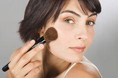 A maquiagem é artigo indispensável na vida da maioria das mulheres. Valoriza a beleza de todos os tipos de pele e em qualquer idade. A mulher moderna trabalha, cuida da casa, dos filhos e, às vezes, não tem nem tempo de dar atenção a si própria. Mas,