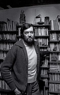 En la biblioteca personal de Cortázar se encuentran muchos de los libros que le acompañaron desde muy joven, algunos traídos desde Buenos Aires, y aquellos que incorporó en París fruto de paseos por las librerías de la ribera del Sena, regalados y dedicados por sus autores (Alberti, Neruda, Onetti, Lezama Lima, Octavio Paz, Carlos Fuentes, y tantos otros)...