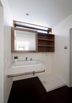 やっぱり既製品よりはこんな造作の洗面所がいいね。上からの明りとり窓も重要。明るい洗面所じゃないと家事ははかどらないよ。