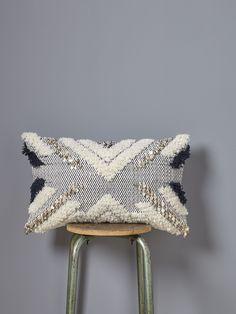Tissage fantaisie et sequins ethnics : mélange de styles parfait pour un cocooningoriental.DétailsDos en coton uni ivoire. Ouverture zippée. Dim. 40