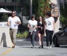 """Além de ter sido vista passeando com seus amigos na sexta, dia 26, Kristen também passeou pelas ruas de Los Angeles na segunda-feira, dia 29. """"Kristen Stewart estava rodeada por amigos em uma parada para uma pizza em Woodland Hills, Califórnia, na segunda-feira. Ela usava shorts e óculos para o passeio, que incluiu uma parada no Whole Foods, e segurava uma lata de refrigerante enquanto sua amiga carregava um buquê de flores."""""""