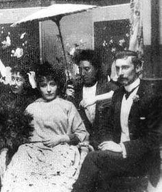 Vraisemblablement Camille Claudel avec au second plan son amie Jessie Lipscomb