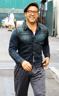 Jeremy Piven showed off his dapper side with old-school square specs topped off with a traditional Ben Hogan style hat!