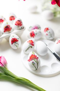 I hope you had a nice weekend. The temperatures were a little milder Easter Egg Crafts, Easter Bunny, Easter Eggs, Watercolour Painting, Painting Eggs, Watercolors, Easter Table Decorations, Egg Designs, Egg Art