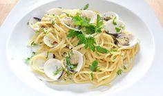 Los espaguetis con almejas es un receta muy sana y sencilla de hacer con la que podrás sorprender a tus invitados en una cena en casa y quedar muy bién.