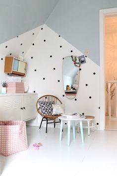 Love this Polka Dot Wall Idea. Such a dramatic contrast! Fabulous Polka Dot Wall idea!