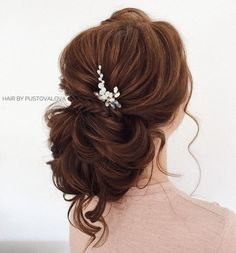 Twisted messy updo hairstyle inspiration | wedding updo hairstyle with hair accessories #bridalhair #updo #weddinghairstyle #hairstyles #messyupdohairstyle #messyupdoideas #updohairstyles #weddinghairinspiration