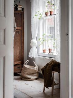 Une déco rustique et moderne pour cet intérieur scandinave Design Scandinavian, Scandinavian Interiors, Home Interior, Interior Design, Interior Livingroom, Interior Plants, Interior Modern, Interior Ideas, Slow Living