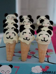 Panda cake pops - Looooove it! Panda Party, Panda Themed Party, Panda Birthday Party, Birthday Cakes, 2nd Birthday, Yummy Treats, Delicious Desserts, Sweet Treats, Cupcakes