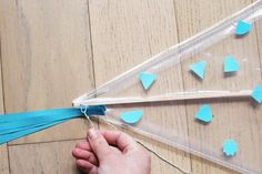 Fabriquer un cerf-volant - Diaporama Paper Crafts, Diy Crafts, Turquoise Necklace, Arrow Necklace, Scouts, Centre, Kites, Paper Flowers, Crafts For Kids