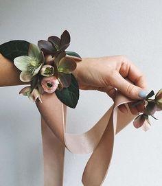 Corsage game on ✔️ with super vintage ribbon. Corsage Wedding, Flower Bouquet Wedding, Floral Wedding, Flower Corsage, Wrist Corsage, Prom Flowers, Bridesmaid Flowers, Arte Floral, Flower Crown