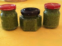 Mi az? Tészták, húsok, levesek………krémes, illatos, zamatos felülmúlhatatlan ízesítője? Úgy bizony! Ez a bazsalikom pesto. Pesto, Mason Jars, Stuffed Peppers, Food, Sauces, Stuffed Pepper, Eten, Canning Jars, Stuffed Sweet Peppers