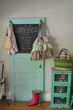 Old door, chalkboard paint. Voilà! a very clever and shabby chic idea!
