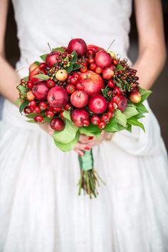 Apfel und Beeren Brautstrauß - perfekt für eine Herbsthochzeit oder Winterhochzeit!