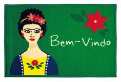 O tapete Toc Toc Frida, da Aroeira, é produzido em poliamida e tem base de látex antiderrapante. O produto (40 cm x 60 cm) custa R$ 34,90 na Coqueluche Presentes (www.coqueluchepresentes.com.br) | Preços pesquisados em setembro de 2015 e sujeitos a alterações