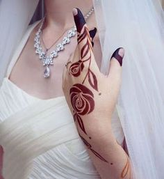 Check beautiful & easy mehndi designs 2020 ideas for mehandi ceremony. Save these latest bridal mehandi designs photos to try on your hands in this wedding season. Modern Henna Designs, Rose Mehndi Designs, Henna Tattoo Designs Simple, Arabic Henna Designs, Indian Mehndi Designs, Mehndi Designs For Beginners, Wedding Mehndi Designs, Mehndi Designs For Girls, Mehndi Design Images