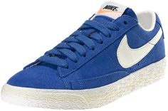 Sneakers donna di ispirazione basket, le Nike Blazer Mid Suede Vintage sono un classico Nike totalmente rinnovato in stile vintage! Tomaia in suede con logo in pelle su entrambi i lati. Lettering sul retro. Suola in gomma vulcanizzata.    Prezzo: 92.50€    SHOP ONLINE: http://www.athletesworld.it/nike-w-blazer-low-suede-vintage-nike-5039015