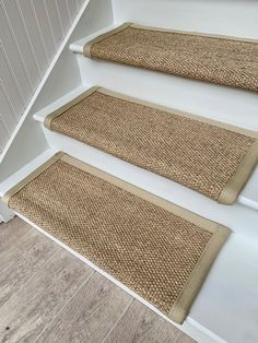 Sisal Carpet, Wool Carpet, Stair Tread Covers, Stair Tread Rugs, Diy Tapis, Foyers, Home Design, Plastic Coating, Stair Makeover