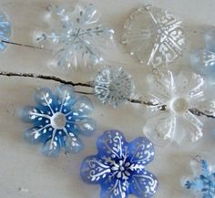 Diy: How To Recycle Soda Bottles Into Christmas Decorations Here is a perfect project for Christmas. Everybody has soda bottles, and you could never have imagined they could make Plastic Bottle Art, Reuse Plastic Bottles, Recycled Bottles, Recycled Crafts, Diy Crafts, Plastic Craft, Plastic Bottle Flowers, Pet Bottle, Diy Parol Recycled