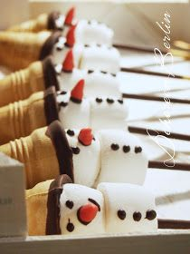 Cute snowmen, recipe for children with marshmallow, Christmas, winter, finger … - Weihnachten Cute Marshmallows, Chocolate Covered Marshmallows, Recipes With Marshmallows, Winter Desserts, Christmas Desserts, Cookie Sandwich, Marshmallow Fluff Frosting, Christmas Tress, Childrens Meals