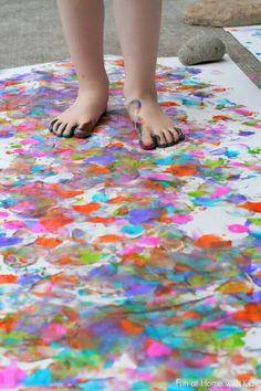Leg een groot wit laken of lakens, op de grond. Laat de kinderen in de zwemkleding. Laat de kinderen de voeten verven, en laat ze een pad maken