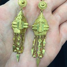 #justfound #PlattBoutiqueJewelry Antique Victorian era gold earrings  #newarrival #goingbacktocali #antiquejewelry #victorianjewelry #victorianearrings #thehunt #miami #LA #miamibeachantiqueshow #lovegold  @nattyplatt @lovegoldlive @thekitvintage by plattboutiquejewelry