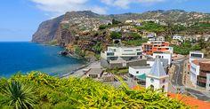 Madeiralla meri on läsnä monin eri tavoin. Atlanttiin voi pulahtaa joko suoraan tai merivesialtaissa, mutta hiekkarantojakin löytyy - ja tietenkin aivan upeita maisemia sekä horisonttiin laskevia, tunnelmallisia auringonlaskuja! Blogissamme tarinaa merellisestä Madeirasta. #Aurinkomatkat #matkablogi #madeira