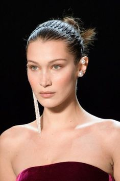 653d598f946973 cliomakeup-orecchini-diversi-25-perle. Bella Hadid with mismatched earrings  during